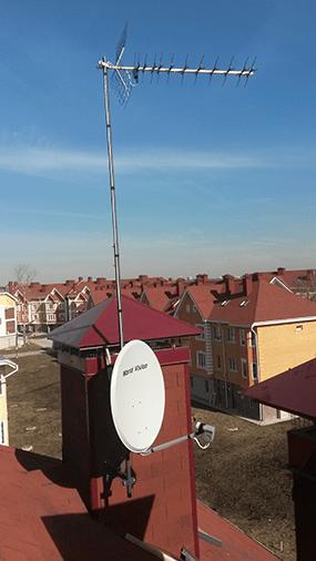 Спутниковая и эфирная антенна на крыше
