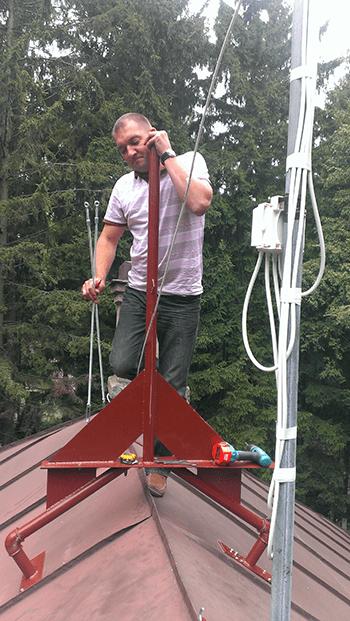 Конструкция для крепления на крыше спутниковой тарелки